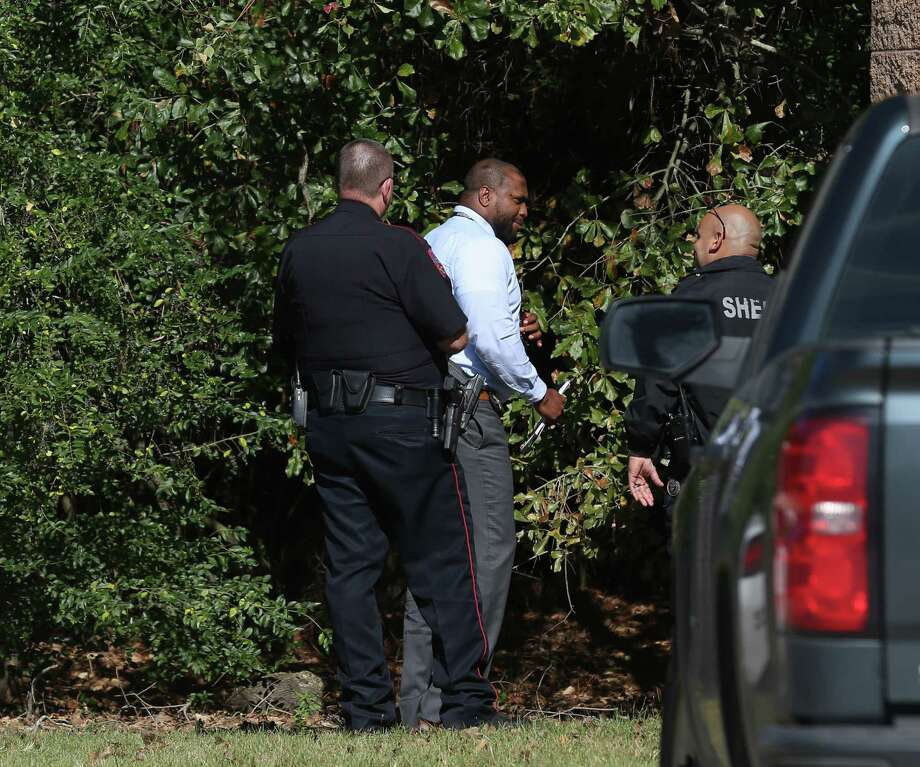 Harris County Constable Precinct 4 and Harris Cohnty Sheriff's Office officers respond to a deceased male found with a single gun shot wound to the head in the 6230 block of Pinelakes Boulevard next the water plant on Monday, Dec. 2in Spring Photo: Yi-Chin Lee, Staff Photographer / Houston Chronicle