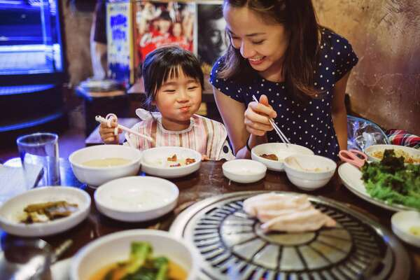 The benefits of family dinners are linked to better grades, better health, better vocabulary and a lower risk of smoking, drinking and using drugs.