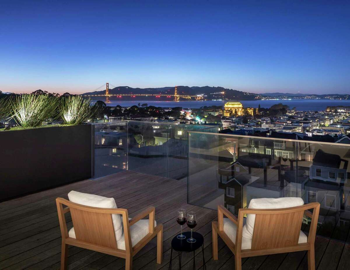A roof deck crowning 2646 Union St. offers sweeping views of the Golden Gate Bridge, the Palace of Fine Arts and San Francisco Bay.