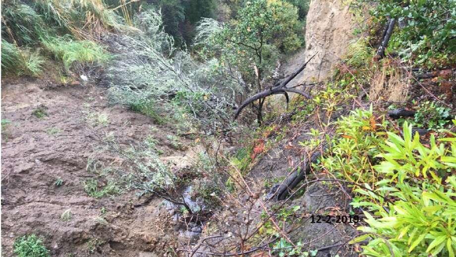 A landslide along a San Bruno hillside in Crestmoor Canyon is threatening San Bruno Avenue. Photo: KTVU-TV