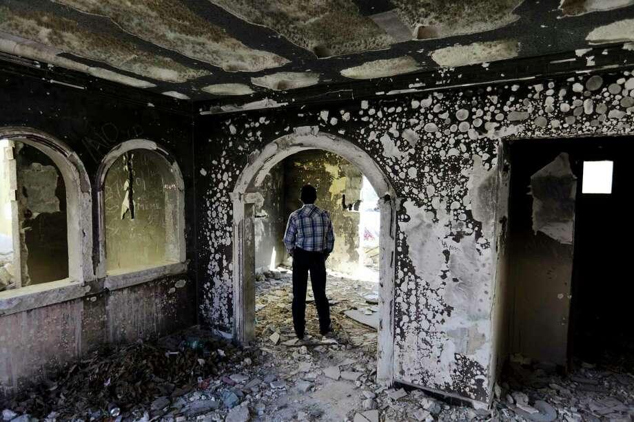 Un expolicía camina en el interior de una casa abandonada, que fue incendidada por el Cártel de los Zetas hace ocho años en Allende, Coahuila, el martes 3 de diciembre de 2019. Photo: Eduardo Verdugo /Associated Press / Copyright 2019 The Associated Press. All rights reserved