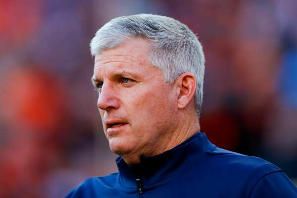 Oilers Hall of Fame guard Mike Munchak has drawn praise from Broncos coach Vic Fangio during his first year as Denver's offensive line coach.