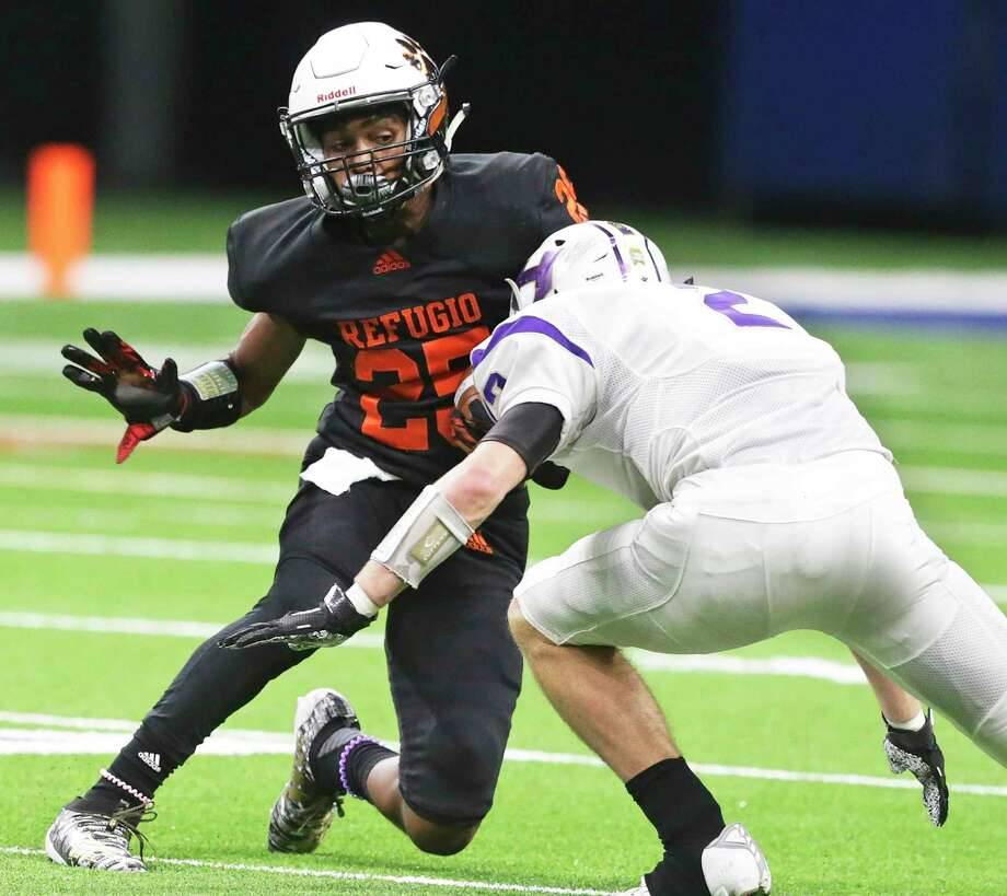 Bobcat running back Antwaan Gross makes a cut to get away from a tackler as Refugio plays Holland in state quarterfinal football action at the Alamodome on Dec. 5, 2019. Photo: Tom Reel, San Antonio Express-News / Staff Photographer / **MANDATORY CREDIT FOR PHOTOG AND  SAN ANTONIO EXPRESS-NEWS/NO SALES/MAGS OUT/TV