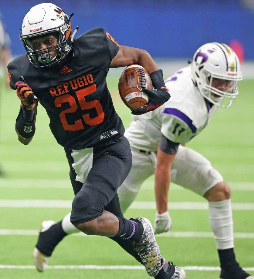 Bobcat running back Antwaan Gross switches direction to avoid a tackle as Refugio plays Holland in state quarterfinal football action at the Alamodome on Dec. 5, 2019. Photo: Tom Reel, San Antonio Express-News / Staff Photographer / **MANDATORY CREDIT FOR PHOTOG AND  SAN ANTONIO EXPRESS-NEWS/NO SALES/MAGS OUT/TV