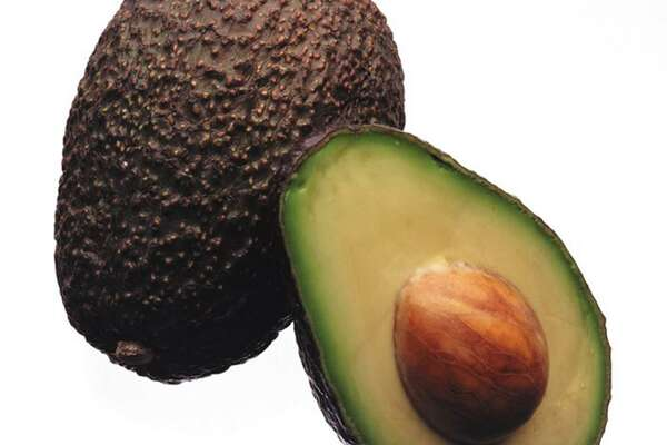 A longer-lasting avocado will soon fill Kroger produce bins nationwide as the chain doubles down on new technology that extends the shelf life of fruits and vegetables. The nation's largest grocer announced Wednesday that it has expanded its partnership with Apeel Sciences, a California startup that aims to reduce food waste by giving produce a spoilage-resistant skin. (JAMES F. QUINN/Chicago Tribune/TNS)