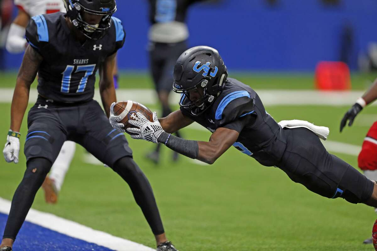 Shadow Creek C.j. Guidry dives for his touchdown in first half Manor on December 7,2019 at the Alamodome