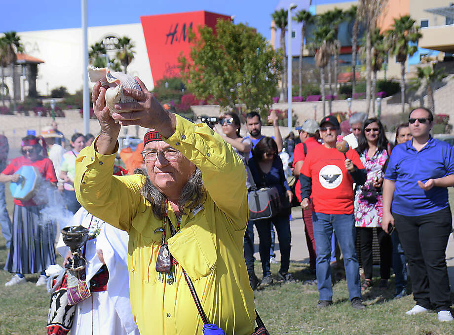 Joey Diaz de Leon, from the Promesa Al Sol A.C, opened the No Border Wall: A Silent River Sit-In Saturday, December 7, 2019 at the Los Tres Laredos Park by the Rio Grande under the Gateway to the Americas International Bridge. Photo: Cuate Santos/Laredo Morning Times