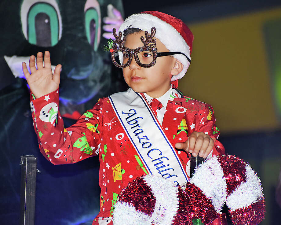Laredoans begin the holiday spirit with the city's annual Christmas Parade. Photo: Diana Garro/Laredo Morning Times