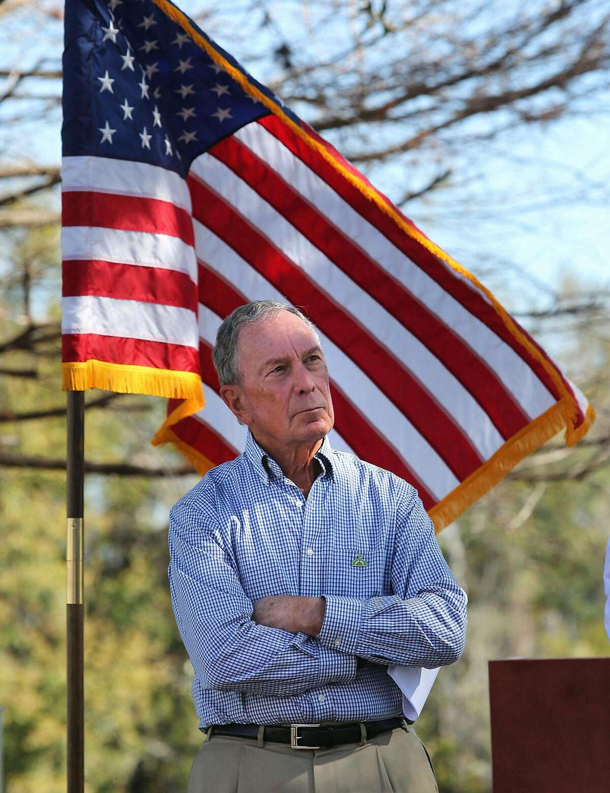 """Michael Bloomberg, exalcalde de Nueva York, escucha a Buddy Cyer, alcalde de Orlando, durante su visita a las instalaciones de energ'a sustentable de la Comisi-n de Servicios P?""""blicos de Orlando el 8 de febrero de 2018. (Joe Burbank/Orlando Sentinel/TNS)"""