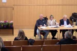 At Home in Darien recently held its annual meeting. A five-member panel shared information and answered questions. Darien resident and volunteer Peter Eder moderated the event.