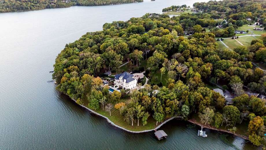 Kelly Clarkson is listing her Nashville, Tennessee, lakefront mansion for $7.49 million. Photo: Top Ten Real Estate Deals