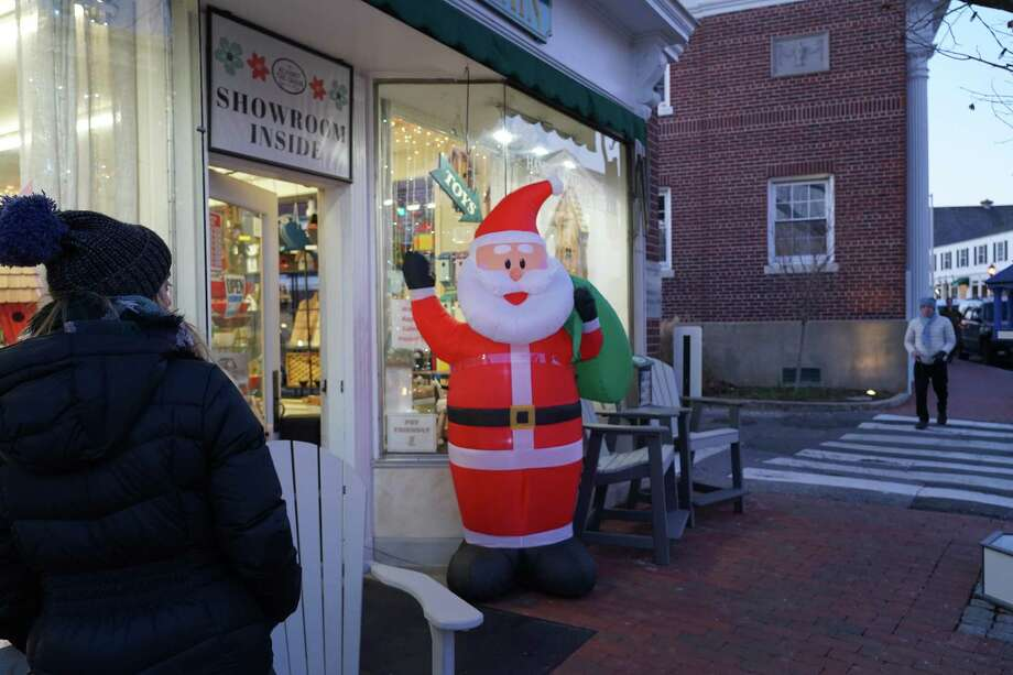 It's beginning to look a lot like the holidays as New Canaan gets decked out for the joyous time of year,  December, 2019. Photo: Grace Duffield / Hearst Connecticut Media
