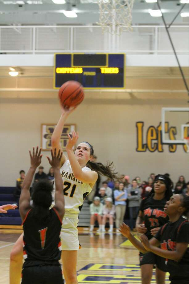 Manistee girls basketball topped Muskegon Heights 44-32 at home on Friday. Photo: Dylan Savela/News Advocate