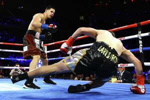 El estadounidense de origen puertorriqueño Edgar Berlanga (izq.), de Brooklyn, venció por nocaut en el primer asalto al español César Núñez en un combate a de la categoría súper medianos el sábado 14 de diciembre de 2019 en el Madison Square Garden de Nueva York.