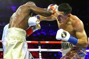 El estadounidense de origen hondureño Teófimo López, de Brooklyn, venció por nocaut en el segundo asalto al español ghanés Richard Commey en un combate de la categoría livianosel sábado 14 de diciembre de 2019 en el Madison Square Garden de Nueva York.