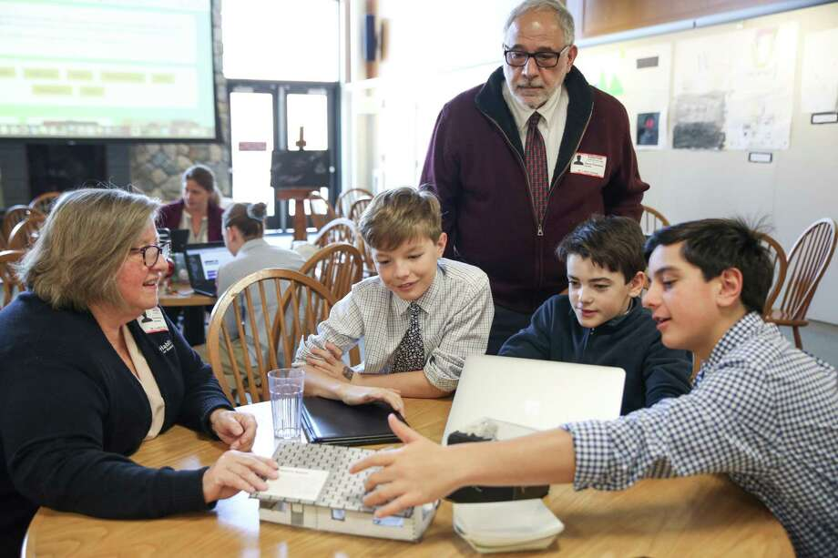 St. Luke's designLab students show their project tovisiting professionals. Photo: Valerie Parker / @ St. Luke's School
