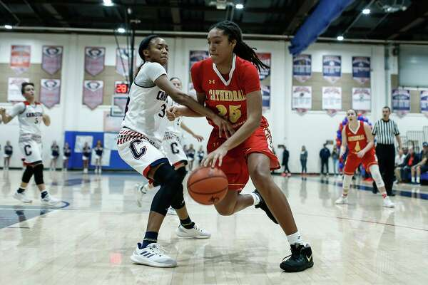 Cathedral Catholic's Isuneh Brady (25) dribbles downcourt on Jan. 31, 2019 against Christian in San Diego, Calif. Brady commited to UConn on Tuesday.