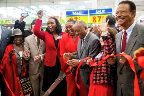 H-E-B's Winell Herron and Anika Wiley cheer with Houston Mayor Sylvester Turner after he cut the inauguration ribbon of the new H-E-B MacGregor Market on Tuesday, Dec. 17, 2019, in Houston.