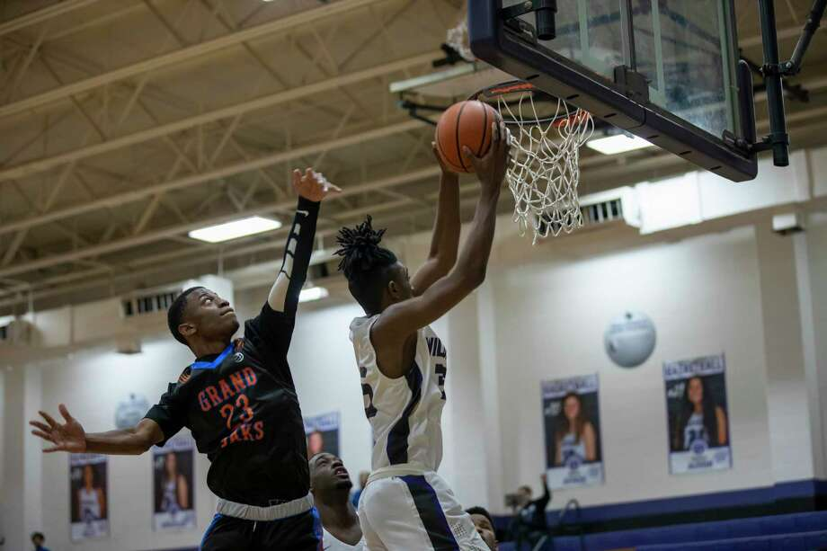 Shown here last week against Grand Oaks, Willis junior guard Ja'Len Moore (35), right, scored 17 points against Montgomery Tuesday night. Photo: Gustavo Huerta, Houston Chronicle / Staff Photographer / Houston Chronicle