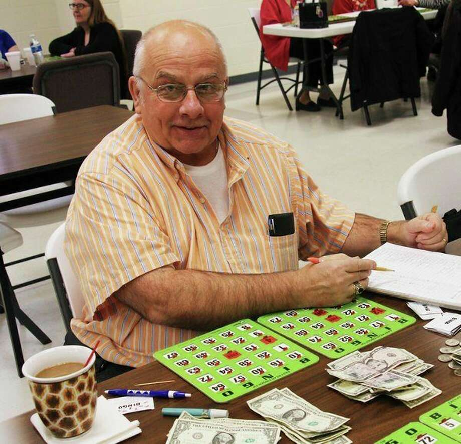 Dan Glaza plays bingo with friends. (Sara Eisinger/Huron Daily Tribune)