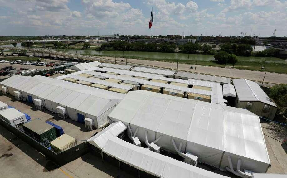 Foto tomada el 17 de septiembre del 2019 de un centro de procesamiento de inmigrantes en Laredo, Texas. Photo: Eric Gay /Associated Press / Copyright 2019 The Associated Press. All rights reserved.