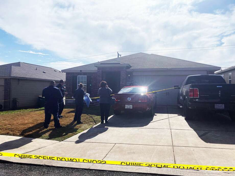 San Antonio police investigate the death of a 7-year-old boy who they say accidentally shot himself at an East Side residence Saturday, Dec. 21, 2019. Photo: Sara Cline