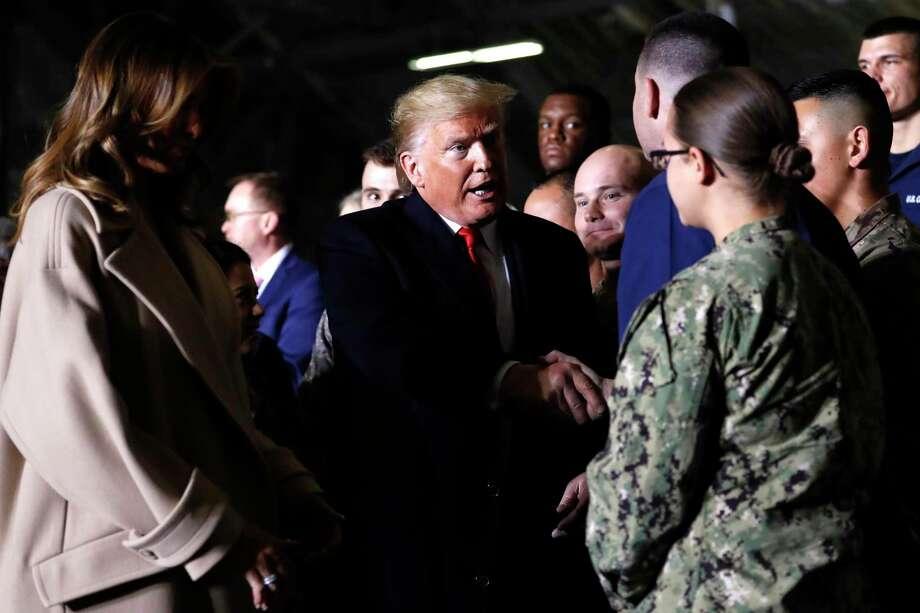 El presidente Donald Trump saluda a los presentes después de firmar la Ley de Autorización de Defensa Nacional para el año fiscal 2020, en la base Andrews de la Fuerza Aérea en Maryland, el viernes 20 de diciembre de 2019. Photo: Andrew Harnik /Associated Press / Copyright 2019 The Associated Press. All rights reserved