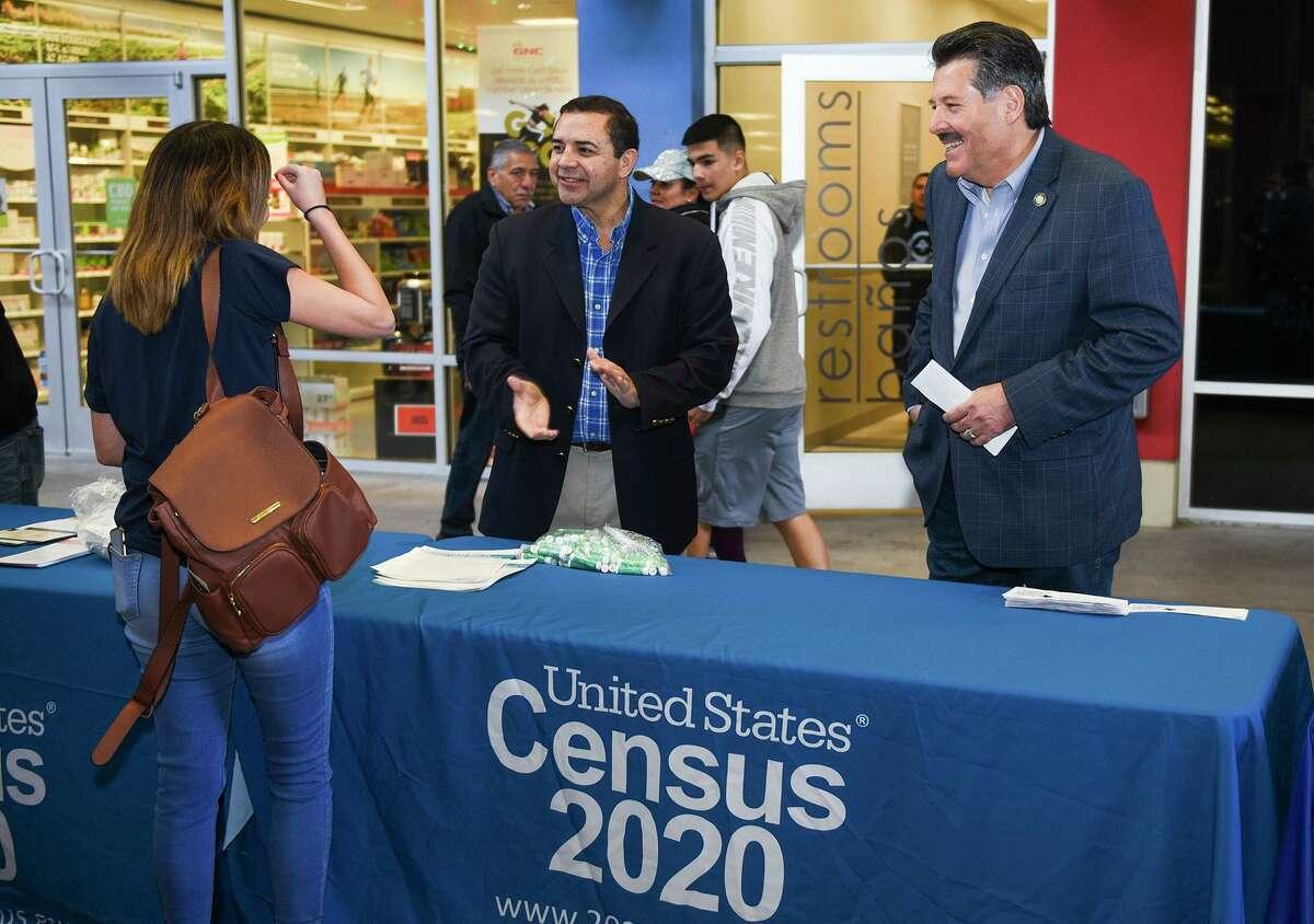 El Congresista Cuéllar exhorta a una residente a participar en el Censo 2020, el sábado 21 de diciembre, en The Outlet Shoppes at Laredo.