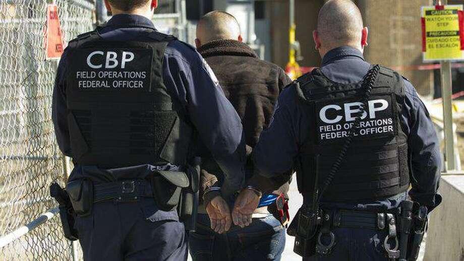 Oficiales escoltan a un hombre que fue arrestado en el Puente Internacional Portal de las Américas por tener órdenes de arresto por tres cargos de indecencia con un menor. Photo: Foto De Cortesía /CBP