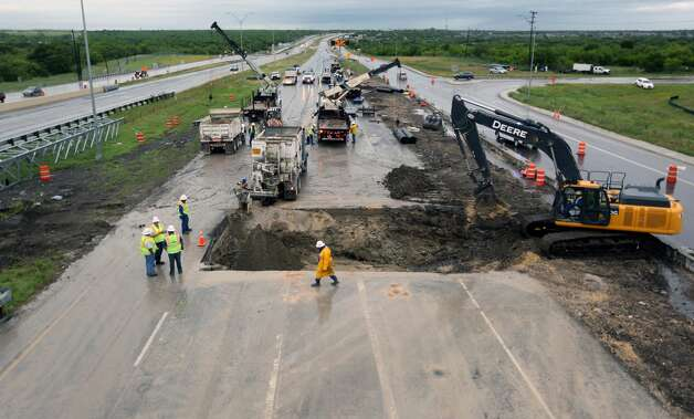 Crews work Wednesday morning, April 24, 2019, to repair a SAWS sewer line under US 90 near Hunt Lane. The broken sewer line caused the closure of all westbound traffic on US 90 near Hunt Lane beginning Tuesday morning. Photo: William Luther/Staff Photographer