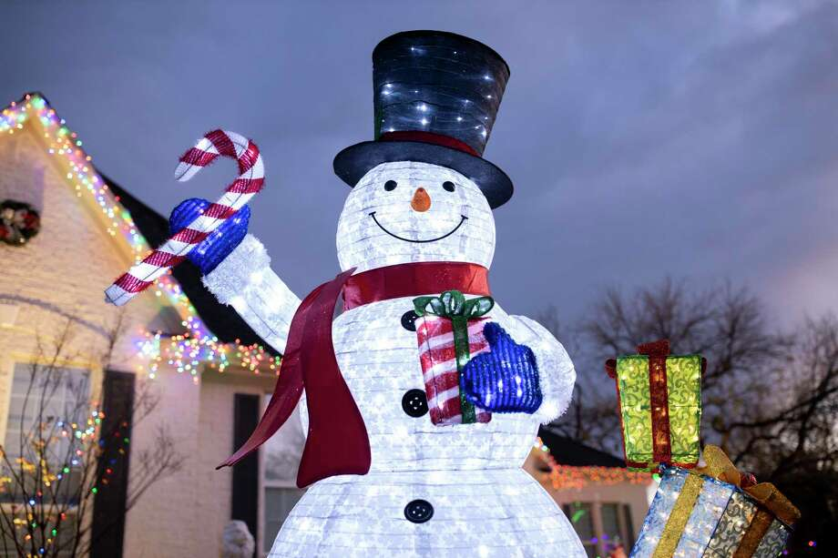 An estimated 30,000 Christmas lights were on display at the Vicchio family household in Bentwater on Saturday, Dec. 21, 2019. Among traditional strings a bulbs, there are also snowmen, roosters and pigs on display. Photo: Gustavo Huerta, Houston Chronicle / Staff Photographer / Houston Chronicle