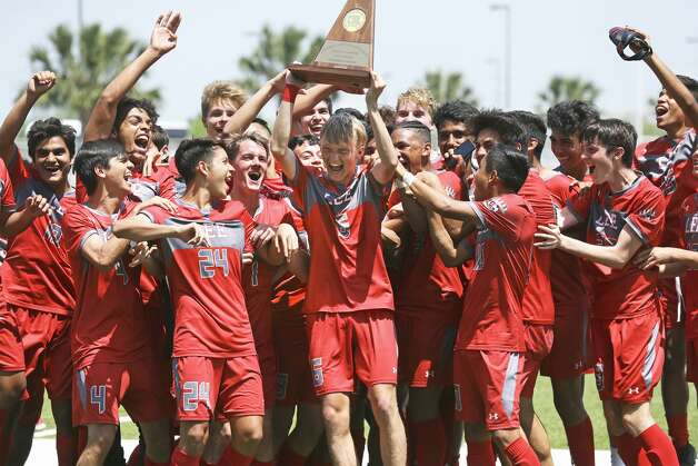 Andrew Erickson hoists the trophy for the Volunteers after LEE defeated Reagan 5-0 in the finals at the Region IV-6A boys soccer tournament at Brownsville Sports Park on April 13, 2019. Photo: Tom Reel/Staff Photographer