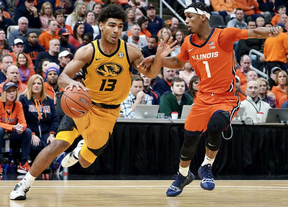 Missouri's Mark Smith (left) drives past Illinois' Trent Frazier during Saturday's 39th annual Braggin' Rights game at Enterprise Center in St. Louis. Photo: Rick Brewer / For Hearst Midwest