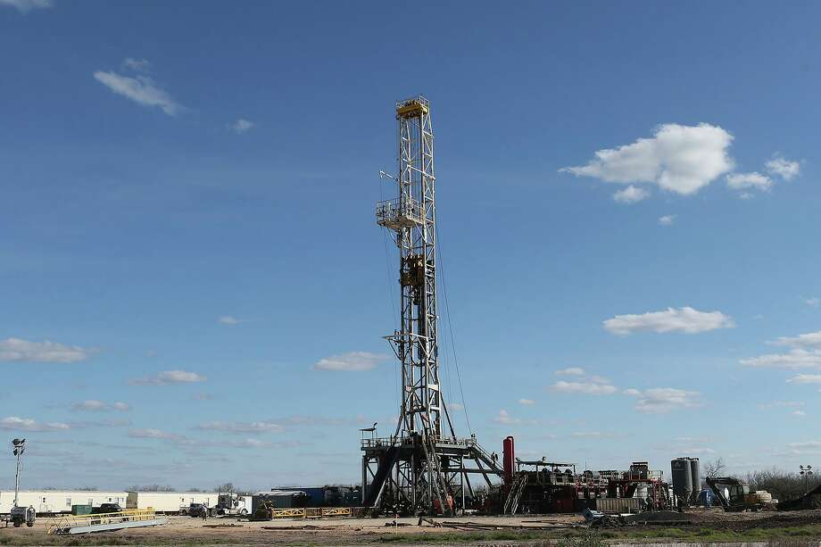 A drilling rig off State Highway 72 near the South Texas town of Tilden. Photo: JERRY LARA, Staff / San Antonio Express-News / © 2015 San Antonio Express-News