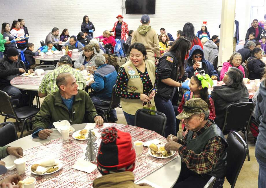 Volunteers help serve food during a Christmas Eve feast for individuals in need, Tuesday, Dec. 24, 2019, at Bethany House of Laredo. Photo: Danny Zaragoza/Laredo Morning Times