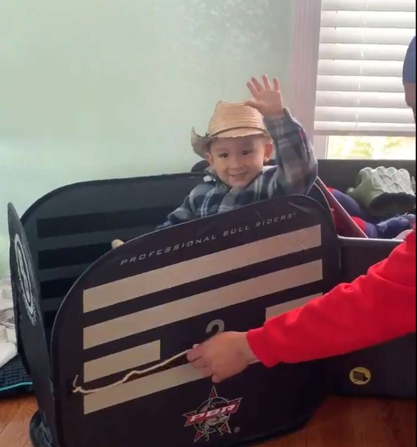 Wearing a brown cowboy hat, a pair of boots, red-and-green Santa pajama pants and a blue plaid shirt, 3-year-old Rylin Lee Castaneda knew exactly what to do when his father Jairo Castaneda gifted him with an inflatable bull for Christmas this year. Photo: Twitter: @JairoIncreible