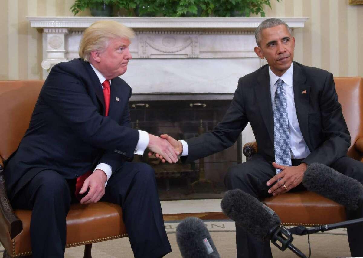 ARCHIVO- En esta foto de archivo tomada el 10 de noviembre de 2016, el presidente estadounidense Barack Obama y el presidente electo Donald Trump se dan la mano durante una reunión de planificación de transición en la Oficina Oval en la Casa Blanca en Washington, DC. Desde la Primavera Árabe hasta el derramamiento de sangre en Siria, desde Obama hasta Trump, desde el terror en las calles de París hasta el Brexit, la década de 2010 comenzó con la esperanza de un mundo más equitativo y terminó con una caída hacia el populismo nacionalista.