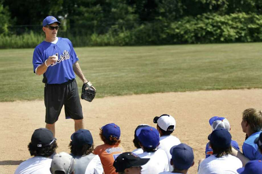 New York Mets coach Howard Johnson gives baseball tips to a group of children at Baseball World in Westport on Wednesday, August 11, 2010. Photo: Laura Buckman / Connecticut Post