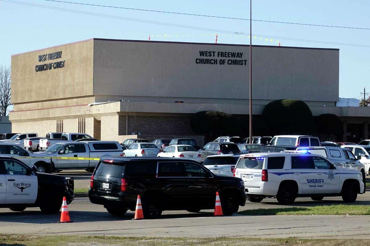 Vehículos policíacos pueden ser vistos estacionados en el exterior de la iglesia West Freeway Church of Christ mientras las autoridades continúan investigando un tiroteo mortal en la iglesia, el domingo 29 de diciembre de 2019, en White Settlement, Texas.