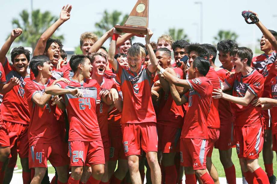 Kentucky signee Andrew Erickson, shown here hoisting the Region IV-6A trophy last April in Brownsville, headlines a LEE team that brings back the core of a team that reached the UIL Class 6A final before falling on penalty kicks. Photo: Tom Reel /Staff Photographer / 2019 SAN ANTONIO EXPRESS-NEWS