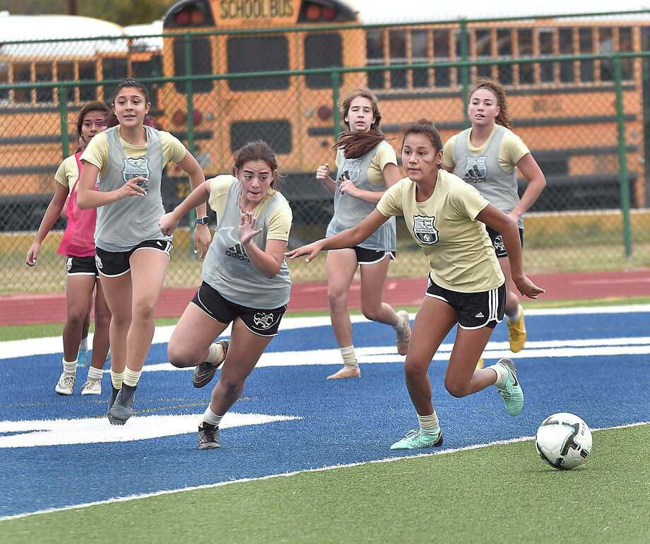 Alexander opens the Border Olympics on Thursday with a 4:30 p.m. game at Nixon. The Lady Bulldogs were last year's runner up falling to Martin in the championship game. Photo: Cuate Santos /Laredo Morning Times / Laredo Morning Times