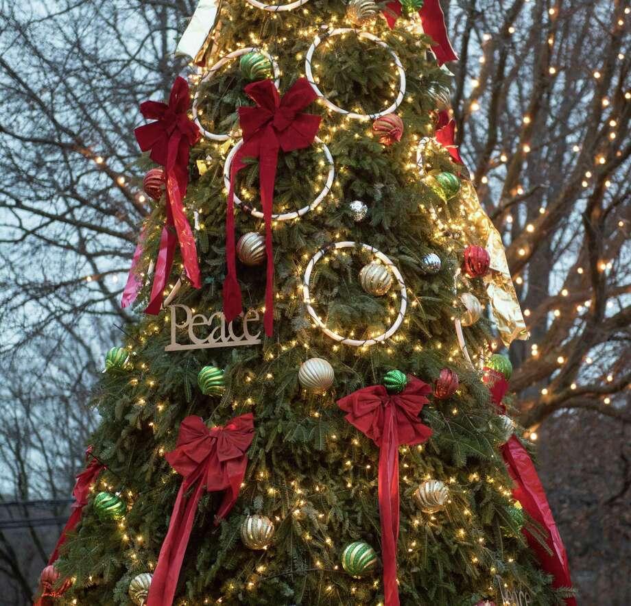 Darien Sport Shop tree Photo: Bryan Haeffele/Hearst Connecticut Media / BryanHaeffele