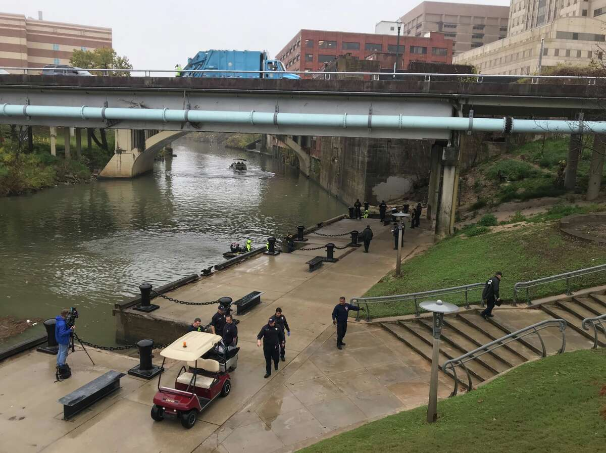 Houston police officers investigate the discovery of a body in Buffalo Bayou in downtown Thursday, Jan. 2, 2020.