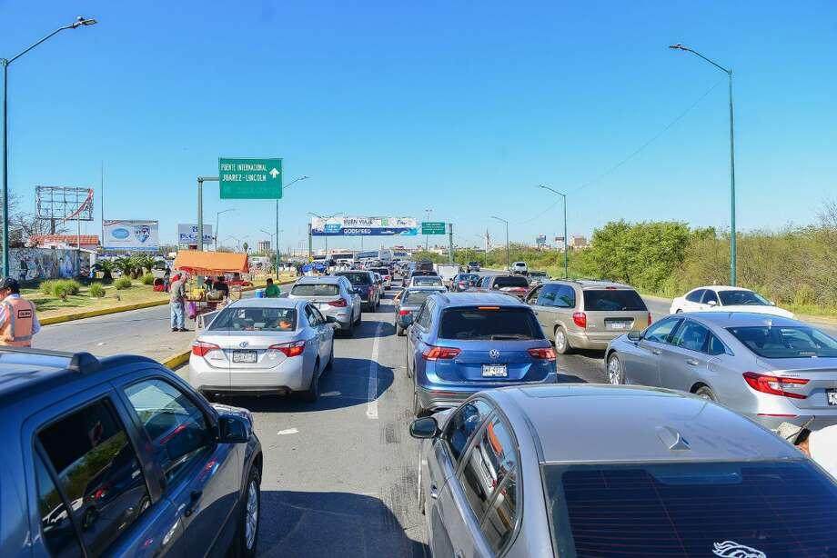 Debido a las largas filas que se esperan el fin de semana, autoridades mexicanas recomendaron a la comunidad fronteriza que cruce a Laredo, Texas, por el carril local ubicado en el puente II. Photo: Foto De Cortesía /Gobierno Municipal De Nuevo Laredo