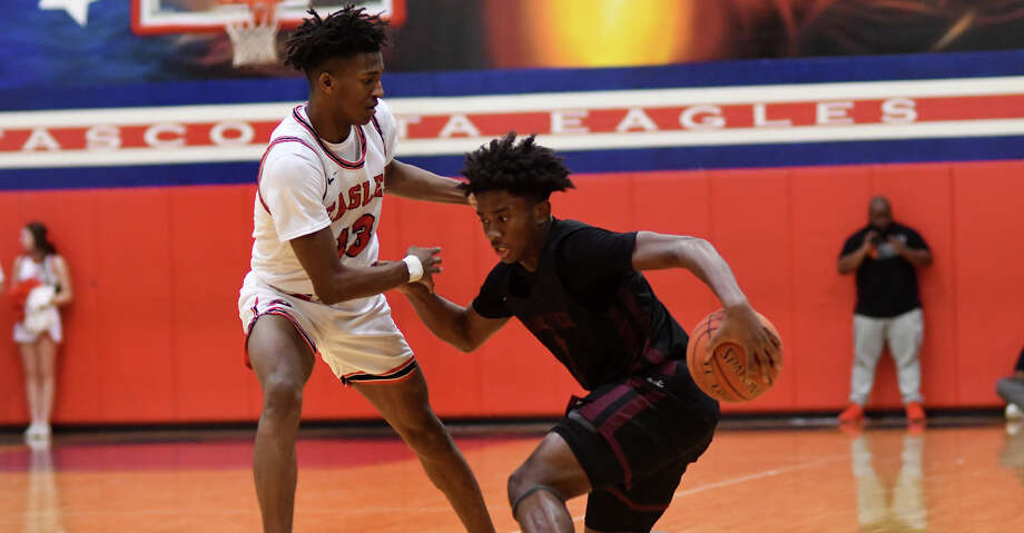 Summer Creek's Karter Dutton, right, works the ball against Atascocita's Justin Collins (13) in the 3rd quarter of their District 22-6A matchup at Atascocita High School on Friday, Jan. 3, 2020. Photo: Jerry Baker/Contributor