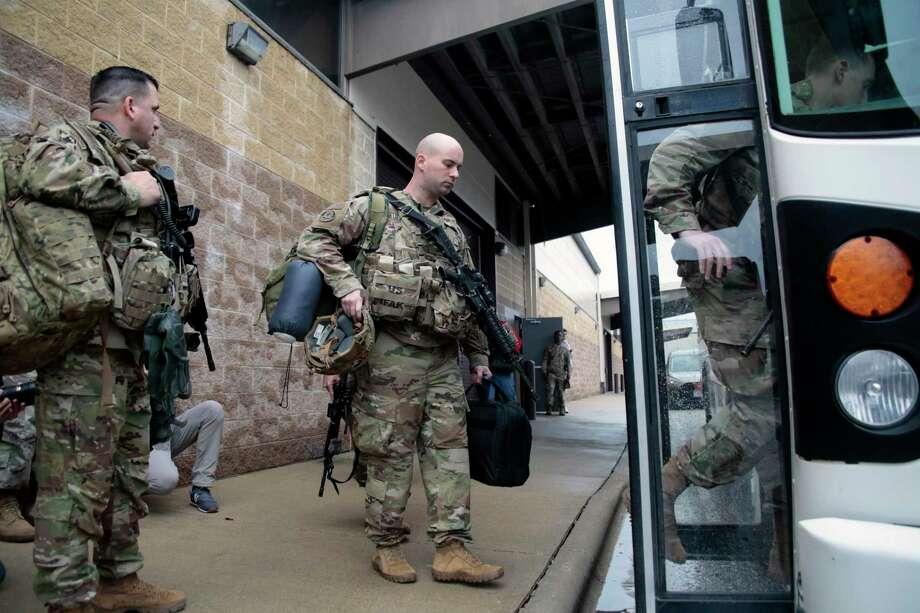 Soldados estadounidenses con su equipo suben a un autobús en Fort Bragg, Carolina del Norte, el sábado 4 de enero de 2010, antes de ser enviados como refuerzos al Oriente Medio tras el asesinato del general iraní Qassem Soleimani. Photo: Chris Seward /Associated Press / Copyright 2020The Associated Press. All rights reserved