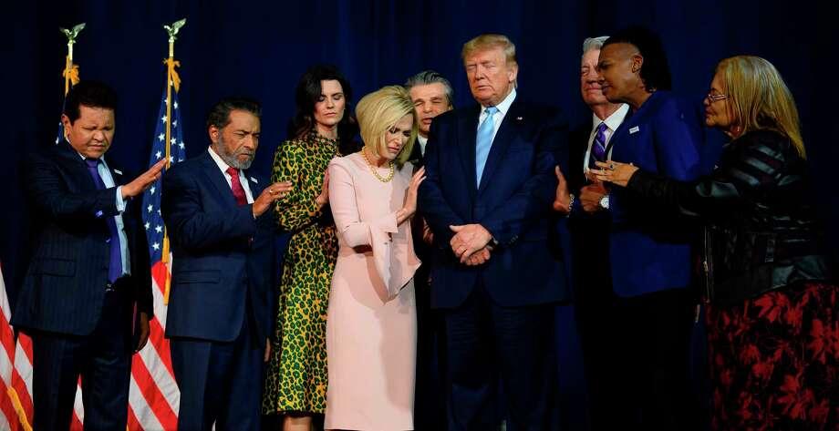 """El Presidente Donald Trump, al centro, ora en círculo con líderes religiosos durante el evento de campaña """"Evangélicos por Trump"""" que se llevó a cabo en el Ministerio Internacional Rey Jesús, el 3 de enero de 2020, en Miami, Florida. Photo: Jim Watson /AFP Via Getty Images / AFP or licensors"""