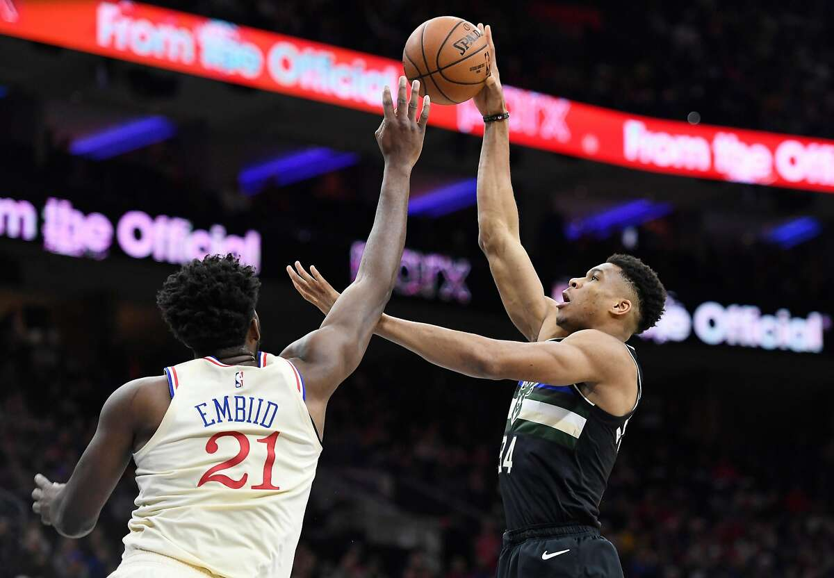 PHILADELPHIA, PENNSYLVANIA - DECEMBER 25: Giannis Antetokounmpo #34 of the Milwaukee Bucks attempts a basket as Joel Embiid #21 of the Philadelphia 76ers defends during the first half of the game at Wells Fargo Center on December 25, 2019 in Philadelphia, Pennsylvania. NOTE TO USER: User expressly acknowledges and agrees that, by downloading and or using this photograph, User is consenting to the terms and conditions of the Getty Images License Agreement. (Photo by Sarah Stier/Getty Images) ***BESTPIX***