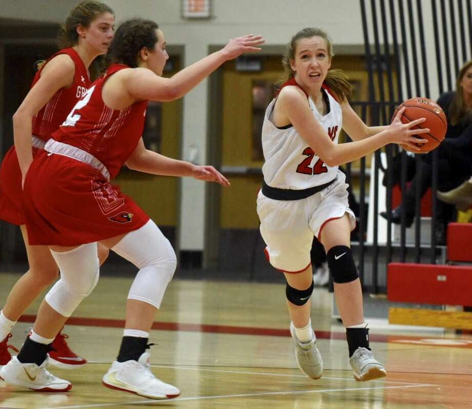 New Canaan's Katherine Lisecky (22) drives to the hoop against Greenwich on Tuesday. Photo: David Stewart / Hearst Connecticut Media / Connecticut Post