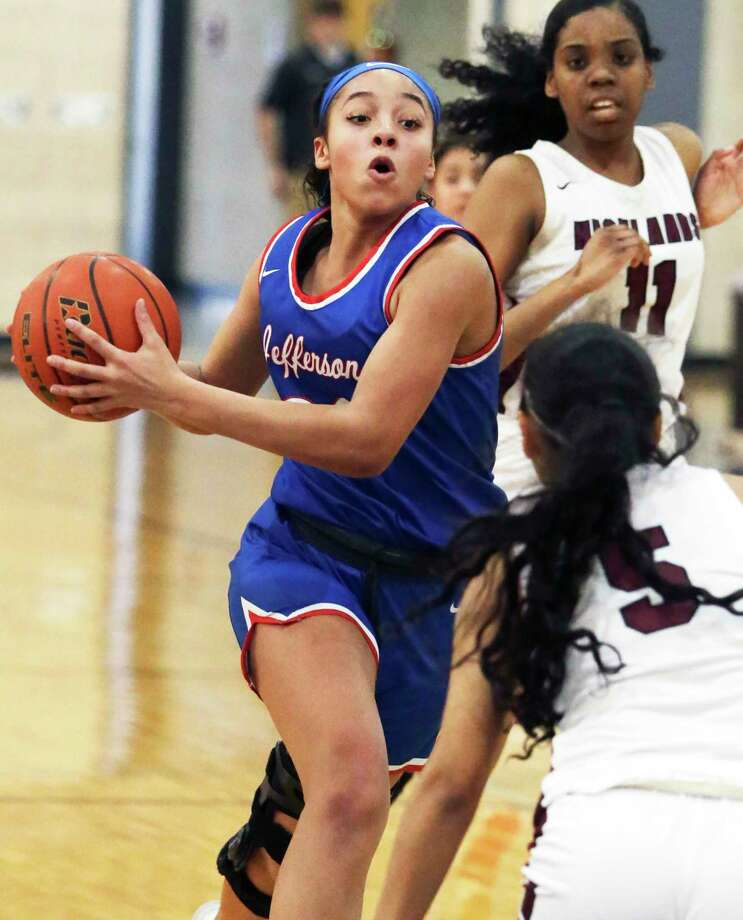 Mustang forward Leah McGrew rolls into the lane for a layup as Highlands plays Jefferson at Lanier High School gym in girls basketball on Jan. 7, 2020. Photo: Tom Reel, San Antonio Express-News / Staff Photographer / **MANDATORY CREDIT FOR PHOTOG AND  SAN ANTONIO EXPRESS-NEWS/NO SALES/MAGS OUT/TV